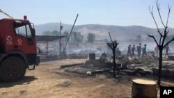 卡布艾利亚斯紧急事务服务部门提供的照片显示,黎巴嫩民防人员在贝卡谷地卡布艾利亚斯镇的一座叙利亚难民营灭火。(2017年7月2日)