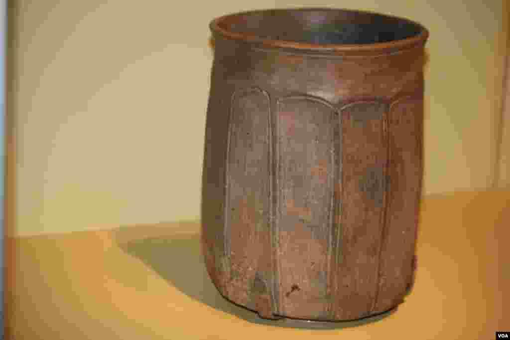 La pieza más antigua de la exposición del 1000 aC que tiene un diseño muy simple porque es una pieza más utilitaria.