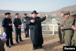 북한 김정은 노동당 위원장(가운데)이 지난 4월 완공된 백두산3호발전소를 시찰했다고 북한 관영 조선중앙통신이 보도했다.