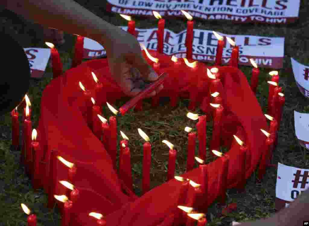 Des bougies allumés pour marquer la Journée mondiale du sida à Quezon City, Philippines, le 1er décembre 2016.