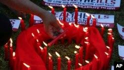 فلپائن میں ایڈز کے عالمی دن کے موقع پر شمعیں جلائی جا رہی ہیں۔