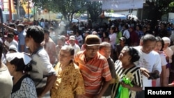 Antrian bantuan langsung sementara masyarakat (BSLM) di Solo, Jawa Tengah. (VOA/Yudha Satriawan)