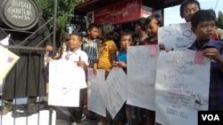 Puluhan anak SD di Solo melakukan aksi unjuk rasa memperingati Hari Anti Korupsi Sedunia dengan mendeklarasikan diri sebagai Generasi Anti Korupsi Indonesia, Sabtu 9/12 (foto: Yudha/VOA).