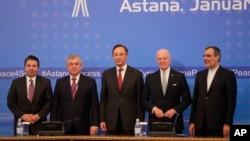 2017年1月24日,土耳其、俄羅斯、哈薩克斯坦、聯合國以及伊朗代表在敘利亞問題阿斯塔納和談最後聲明發表後合影。