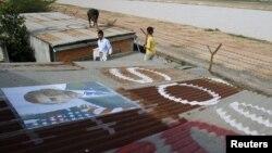 8 người đã bị bắt về tội sơn trên nóc nhà những dòng chữ kêu gọi Tổng thống Hoa Kỳ Barack Obama giúp họ khỏi bị cưỡng bức di dời.