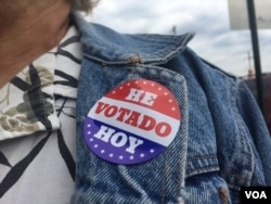 "Voter in Philadelphia wears sticker on her jeans jacket that says in Spanish ""I voted today"", April 26, 2016. ( C. Mendoza / VOA)"