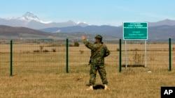 Грузинский пограничник на административной границе Грузии с Южной Оссетией у села Двани.
