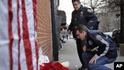 紐約市兩名警察在布魯克林區被槍殺,兩名警察星期日在布魯克林區悼念這兩名警察同袍。