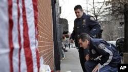 뉴욕 브루클린 시 사건 현장에서 희생자들을 추모하고 있는 경찰관들