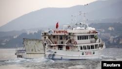 8일 터키로 송환되는 그리스 내 이민자들을 태운 선박이 레스보스 섬을 떠나고 있다.
