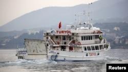 Un bateau quitte le port de Mytilène sur l'île grecque de Lesbos et transporte des migrants en Turquie, le 8 Avril 2016. (REUTERS/Giorgos Moutafis)