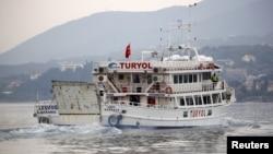 Турецький пором з мігрантами залишає грецький острів Лесбос