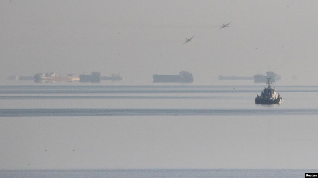 Chiến đấu cơ Nga vần vũ trên các tàu chở hàng sau khi Nga chặn tàu Ukraine tiến vào Biển Azov hôm 25/11.