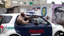 Polisi Haiti menembakkan peluru karet ke arah para demonstran di Port-au-Prince, setelah pengumuman penundaan pemilu tambahan, Jumat (22/1).