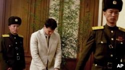 El estudiante estadounidense Otto Warmbier (centro) habló ante los periodistas en la Casa de la Cultura del Pueblo en Corea del Norte, el lunes, 29 de febrero de 2016.