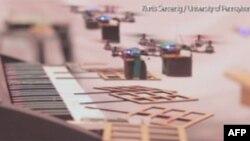 """Grupa letećih robota """"svira"""" na električnom klaviru"""