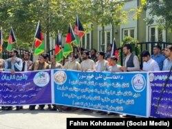 Warga Afghanistan melakukan aksi protes atas penculikan putri Duta Besar Afghanistan untuk Pakistan Najib Alikhil, di Kabul Minggu (18/7).