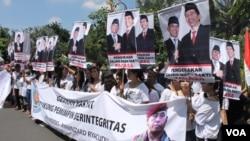 Ratusan warga Surabaya memberi dukungan untuk Ryamizard Ryacudu sebagai Cawapres pendamping Jokowi, Sabtu, 10 Mei 2014 (Foto: VOA/Petrus)