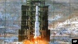 Màn hình cho thấy hỏa tiễn Unha-3 được phóng đi từ Bình Nhưỡng, ngày 12/12/2012.