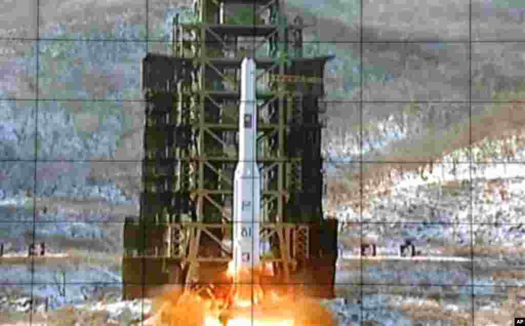 북한 조선중앙TV가 12일 공개한 은하3호 로켓 발사 장면. 통제소 화면에 비친 모습이다.