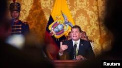 Presiden Ekuador Rafael Correa dalam sebuah pidato yang ditayangkan secara nasional di Istana Carondelet di Quito (15/8). (Reuters/Guillermo Granja)