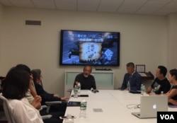旅美学者王康在会上发言(2017年6月3日,美国之音拍摄)
