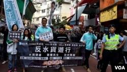 香港民主黨反水貨客遊行大批警員沿途維持秩序。(美國之音湯惠芸)