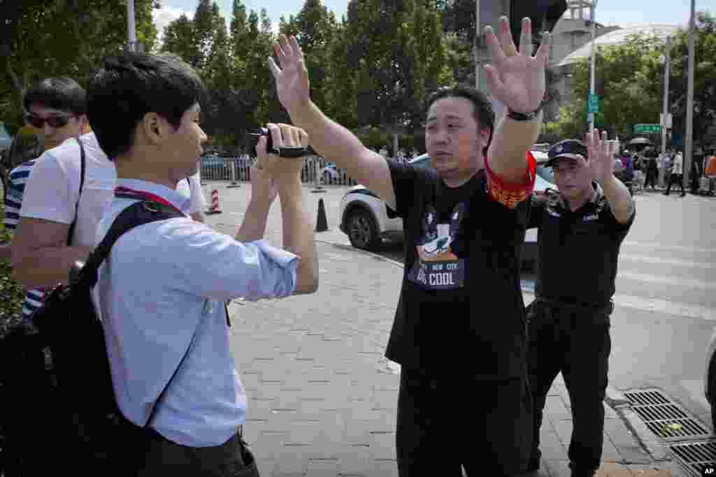 2018年7月26日,中国官方人员试图阻止记者在美国驻北京大使馆附近的爆炸现场拍摄。