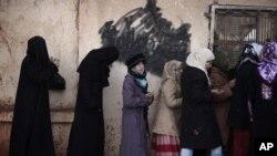 Phụ nữ Syria xếp hàng để mua bánh mì tại thị trấn Maaret Misreen trong tỉnh Iblib.