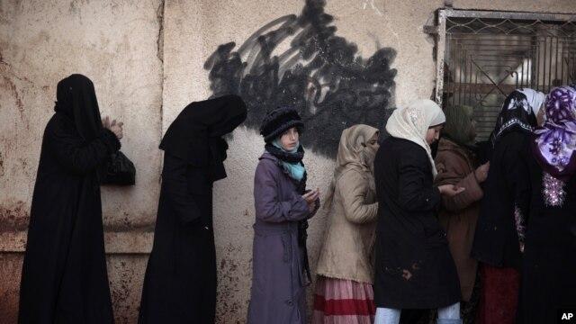 Suriyalik ayollar nonga navbatda turibdi, Idlib viloyati, 12-dekabr, 2012-yil