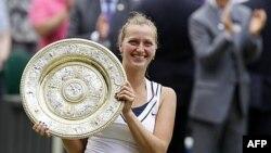 Petra Kvitova nhận giải thưởng sau khi giành thắng lợi trận chung kết đơn nữ Wimbledon