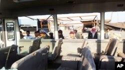 ຊາວອີຣັກຫລຽວເຂົ້າໄປເບິ່ງໃນລົດເມ ທີ່ໄດ້ຖືກສະເກັດລະເບີດລູກນຶ່ງຢູ່ລົດຈັກຄັນນຶ່ງແຕກໃສ່ ຢູ່ໃກ້ກັບບ່ອນທີ່ ກໍາມະກອນກຸ່ມນຶ່ງໄປໂຮມກັນຢູ່ເພື່ອລໍຖ້າລົດຮັບການໄປເຮັດວຽກ ຢູ່ໃນເຂດອາໃສຂອງພວກນັບຖືສາສະໜາ ອິສລາມນິກາຍ Shi'ite ໃນເມືອງ Sadr ໃນວັນທີ 5 ມັງກອນ, 2012.
