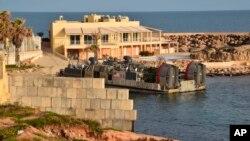 7일 리비아 트리폴리에서 미군 병력을 태운 호버크라프트가 출발하고 있다.