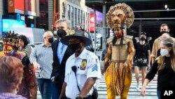 """Pemeran dari pertunjukan Broadway """"The Lion King,"""" L. Steven Taylor, yang berperan sebagai Mufasa (right) tampil di Times Square untuk menandai kembalinya pertunjukan teater Broadway di New York, pada Selasa 14 September 2021. (Foto: AP)"""