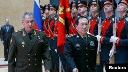 俄羅斯國防部長紹伊古和中國國防部長魏鳳和2018年4月3日在莫斯科舉行會談前檢閱儀仗隊。