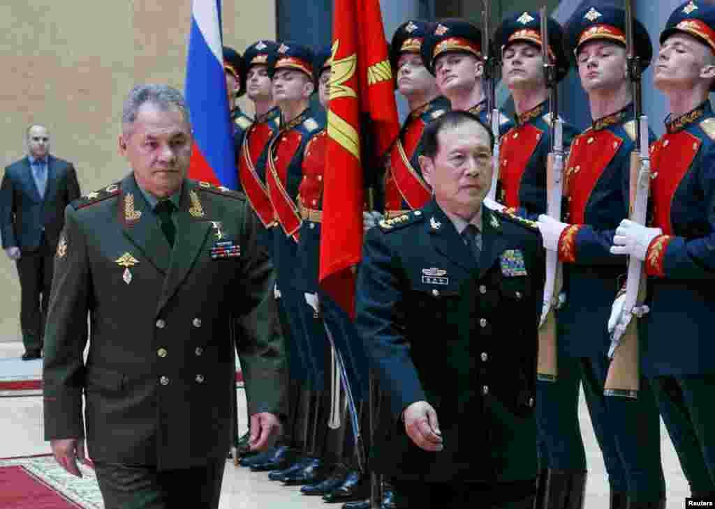 """中国新任国防部长魏凤和在俄罗斯防长绍伊古陪同下在莫斯科检阅仪仗队(2018年4月3日)。这是魏凤和上任以来首次出访。他说要""""让美国人知道中国与俄罗斯军队之间的密切关系""""。绍伊古说,魏凤和来访突出显示俄罗斯与中国之间的特殊关系,并有助于深化两国的军事关系。中国国防部发言人3月29日表示,中俄互为最主要、最重要的战略协作伙伴,两国关系是当今世界上发展最好的大国关系。"""