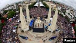Những người phản đối chính phủ biểu tình tại Tượng đài Dân chủ trong trung tâm thủ đô Bangkok để phản đối dự luật ân xá, 24/11/13