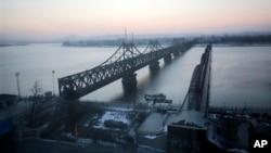 중국 단둥에서 압록강 너머 북한 신의주를 연결하는 다리들. (자료사진)