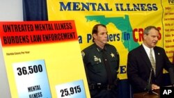 Polisi Seminole County, Donald Eslinger, kanan, bersama polisi Leon County, Larry Campbell, berbicara dalam konferensi pers mengenai laporan mengenai dampak penyakit terkait kesehatan jiwa terhadap masyarakat setempat (foto: dok).