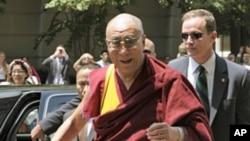 图为达赖喇嘛近年7月5日到达美国首都华盛顿时