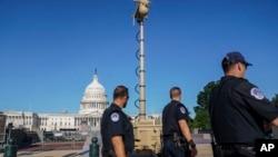 Foto Achiv: Yon aparey siveyans videyo vizib sou bo Es Capitol la nan Washington, kote responsab sekirite yo ap fe preparasyon pou manifestasyon 18 Septanm nan.