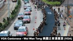 Những người phản đối cầm dải vải đen dài 500 mét tuần hành trên đường phố Hong Kong hôm Chủ nhật, để chứng tỏ họ quyết tâm muốn có phổ thông đầu phiếu thực sự, 14/9/2014.