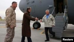 美國國防部長哈格爾(右)12月7日抵達喀布爾,受到美國駐阿富汗大使(中)的迎接