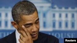 Tổng thống Obama lau nước mắt khi nói về vụ nổ súng ở trường tiểu học Sandy Hook tại Newtown, Connecticut, ngày 14/12/2012.