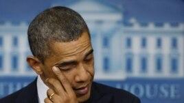 Le président Obama essuyant une larme en évoquant la fusillade Newtown
