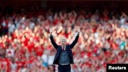 ဘန္ေလကို ဂိုးျပတ္အႏုိင္ရၿပီးေနာက္ ပရိသတ္ကို ႏႈတ္ဆက္ေနသည့္ Arsene Wenger ။ ၆ ေမ ၂၀၁၈။