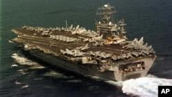 Kapal induk Amerika, USS Nimitz, beroperasi di Teluk Persia dekat Bahrain (foto: dok).