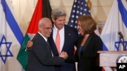 Ngoại trưởng Hoa Kỳ John Kerry (giữa), thương thuyết gia Israel Tzipi Livni (phải) và thương thuyết gia Palestine Saeb Erekat bắt tay sau khi nối lại hòa đàm Israel-Palestine, 30/7/13