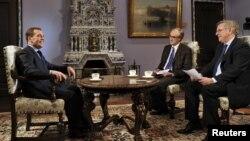 PM Rusia Dmitry Medvedev (kiri) dalam wawancara dengan media Perancis di Moskow, Senin (26/11) menjelang kunjungan Medvedev ke Paris.