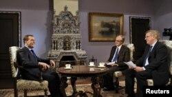 Thủ tướng Nga Dmitry Medvedev (trái) trả lời phỏng vấn của đại diện truyền thông Pháp trước chuyến thăm của ông tới Paris, 26/11/2012. (Reuters)